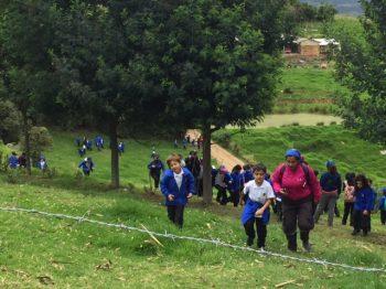 Niños llegando al Museo y la huerta